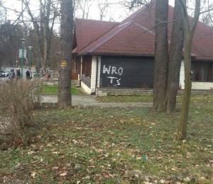 Wandale w Swoszowicach. Bazgroły na budynku restauracji Parkowa / fot. Sylwia Krawczyk