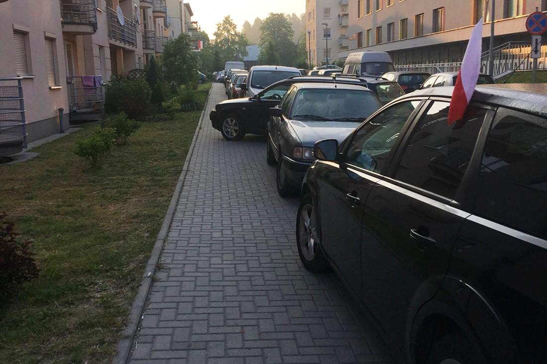 """Przykład """"kreatywnego"""" parkowania na os. Borkowska"""